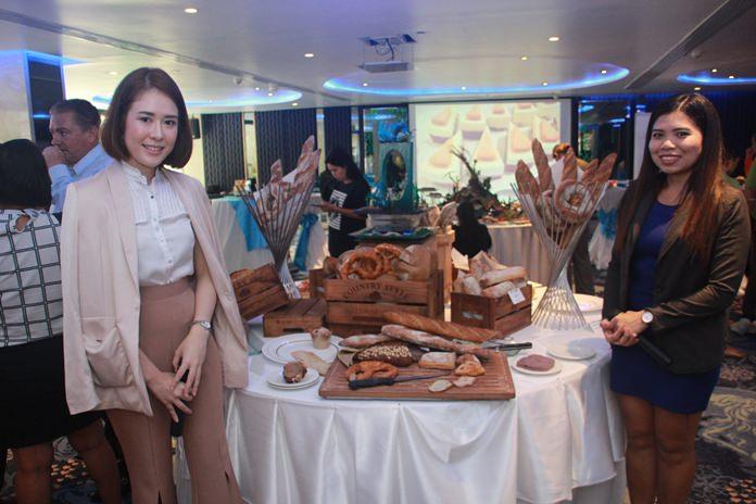 PR สาวสวยจาก BAKELS นำเสนอ ขนมปังอบ รูปแบบต่างๆที่ผลิตจากวัตถุดิบจากธรรมชาติ สำหรับคนรักสุขภาพ