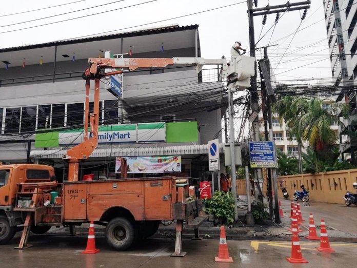 เจ้าหน้าที่การไฟฟ้าส่วนภูมิภาคเมืองพัทยา ดำเนินการซ่อมแซมแก้ไขไฟฟ้าลัดวงจร เกิดการลุกไหม้ บริเวณทางขึ้นเขาพระตำหนักพัทยา สายไฟต่างๆได้รับความเสียหาย แต่โชคดีไม่มีใครได้รับบาดเจ็บ