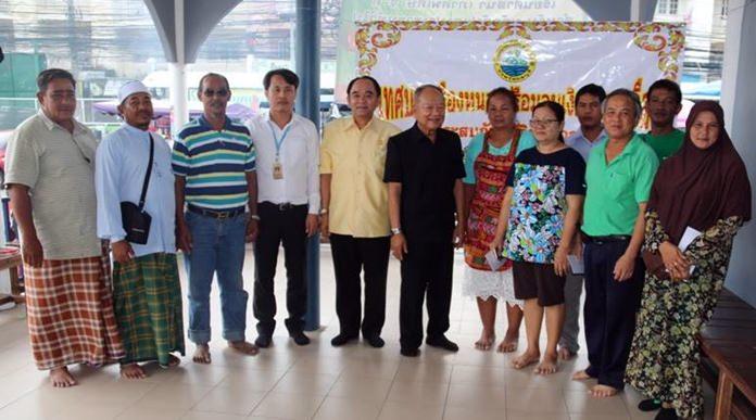 ดร.มาย ไชยนิตย์ นายกเทศมนตรีเมืองหนองปรือ เป็นตัวแทนมอบเงินช่วยเหลือในเบื้องต้น แก่ผู้ประสบภัยจำนวน 6 ราย ที่ได้รับความเดือดร้อน