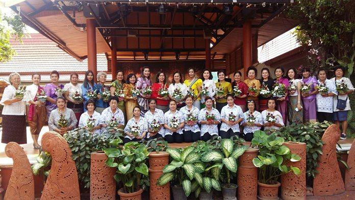 นาง เนาวรัตน์ ค้าขาย ประธานกลุ่มพัฒนาสตรีเมืองพัทยา พร้อมเหล่าสมาชิกรณรงค์แต่งกายชุดไทย ฝึกจัดดอกไม้ ส่งเสริมและพัฒนาศักยภาพกลุ่มพัฒนาสตรีเมืองพัทยา