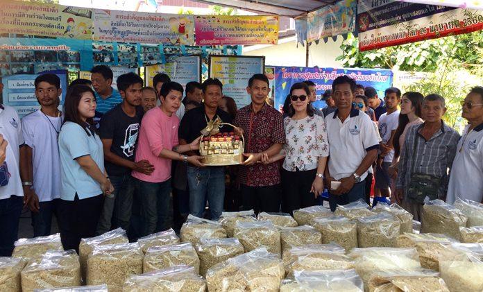 นายพัฒนา บุญสวัสดิ์ เลขาธิการสมาคมกีฬาวินด์เซิร์ฟแห่งประเทศไทย ที่ ถือโอกาl เนื่องในวันเกิด  แจกข้าวสาร จำนวน 1,000 กิโลกรัม  ให้กับชาวบ้านในชุมชนซอยกอไผ่   โดยมีเหล่าบรรดา อดีตสมาชิกสภาเขต 4 อดีตที่ปรึกษานายกสมาคมฯ  นักกีฬาวินเซิร์ฟ  และคณะกรรมการชุมชน เยาวชนคนกอไผ่ ร่วมแจกข้าวสาร