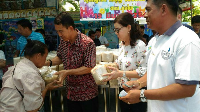 นายพัฒนา บุญสวัสดิ์ เลขาธิการสมาคมกีฬาวินด์เซิร์ฟแห่งประเทศไทย แจกข้าวสารให้ประชาชนที่เดินทางมารับมอบคนละ 5 กิโลกรัม เพื่อเป็นการแบ่งเบาภาระค่าใช้จ่ายของประชาชน