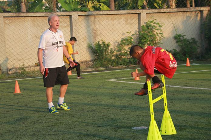 อดีตสตาฟโค้ช พัทยายูไนเต็ด  มิสเตอร์ โอซี  สไนท์เดอร์ สัญชาติเยอรมัน ซักซ้อมลูกทีมฝึกเทคนิคต่างๆ ทั้งการเล่นเกมรับ การครองบอล รวมไปถึงจังหวะการเข้าทำประตู