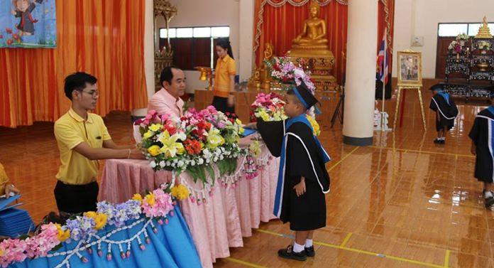 นายเอนก พัฒนงาม รองนายกเทศมนตรีเมืองหนองปรือ เป็นประธานเปิดพิธีมอบวุฒิบัตรบัณฑิตน้อย ศูนย์พัฒนาเด็กเล็กวัดสุทธาวาส รุ่นที่ 5 ประจำปีการศึกษา 2560