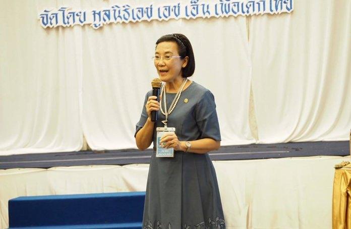 นางรัชฎา ชมจินดา ผู้อำนวยการมูลนิธิ เอช เอช เอ็น เพื่อเด็กไทย เป็นประธานเปิดงานการอบรมเชิงปฏิบัติการ ใช้นวัตกรรมเกมการ์ดพลังป้องกันเด็ก เพื่อป้องกันปัญหาล่อล่วงเด็ก ประจำปี 2561