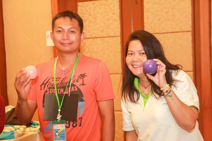 สองพี่เลี้ยงจากมูลนิธิ HHN เพื่อเด็กไทย เตรียมเกมส์ลูกบอล ในการทำกิจกรรมสันทนาการ