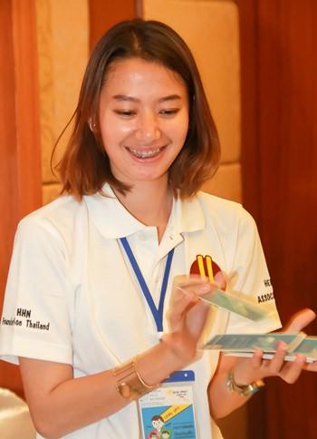 พี่เลี้ยงสาวสวยใจดีจากมูลนิธิ HHN สับไพ่การ์ดพลัง ร่วมเล่นเกมส์กับเด็กข้ามชาติที่เข้าร่วมกิจกรรม