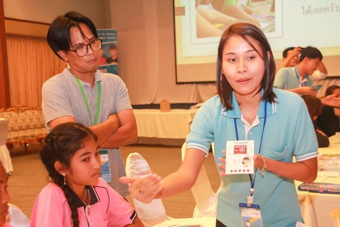 ครูพี่เลี้ยงจากมูลนิธิ HHN นำการ์ด ขอความช่วยเหลือ 191 อธิบายให้เด็กเข้าใจถึงความสำคัญและการขอความช่วยเหลือจากเจ้าหน้าที่ตำรวจ
