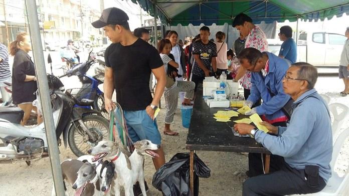 ประชาชนในพื้นที่ ต.หนองปรือ ให้ความสนใจเดินทางนำสุนัขและแมว เข้ารับการฉีดวัคซีนกันอย่างต่อเนื่อง  ทั้งนี้ สาธารณสุขเทศบาลเมืองหนองปรือ จะลงพื้นที่ให้บริการฉีดวัคซีนแก่สุนัขและแมวอีกครั้ง ในวันที่ 27-29  มี.ค. 61 ที่โดมอเนกประสงค์สวนสาธารณะ เทศบาลเมืองหนองปรือ