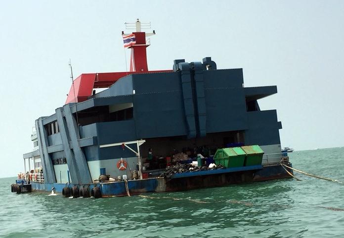 ชาวบ้านร้องเรียนเรือร้านอาหารขนาดใหญ่กลางทะเลอ่าวพัทยาห่างจากท่าเทียบเรือแหลมบาลีฮายประมาณ 1 กิโลเมตร ที่นำขยะไว้ท้ายเรือคลื่นซัดขยะหล่นเกิดน้ำเน่าเสียและส่งกลิ่นเหม็น