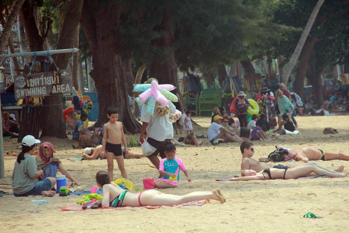 ช่วงบ่ายของวันพุธที่ผ่านมา ที่ บริเวณชายหาดจอมเทียน ผู้สื่อข่าวลงพื้นที่สำรวจบรรยากาศวันหยุดร่มเตียง เพื่อดูความแตกต่าง ของบรรยากาศการท่องเที่ยว ระหว่างวันธรรมดาและวันหยุดร่มเตียง โดยรวมนักท่องเที่ยวยังคงชื่นชอบร่มเตียงชายหาด เนื่องจากความสะดวกสบายกว่า