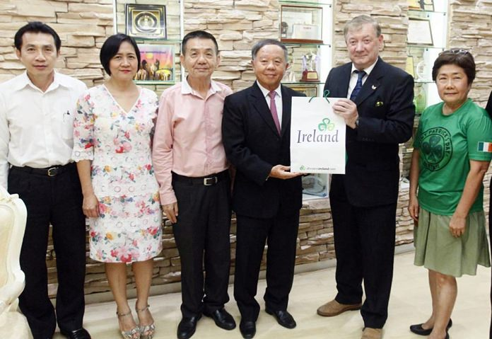มิสเตอร์เบร็นเดน รอเจอรส์ เอกอัครราชฑูตไอร์แลนด์ ประจำประเทศไทย  (2 จากขวา) เดินทางเข้าขอบคุณคณะผู้บริหารเมืองพัทยา โดยมี พล.ต.ต บัณฑิต คุณจักร์ รองนายกเมืองพัทยา (ที่ 4 จากซ้าย) พร้อมด้วยคณะผู้บริหารเมืองพัทยา และหน่วยงานที่เกี่ยวข้องให้การต้อนรับ