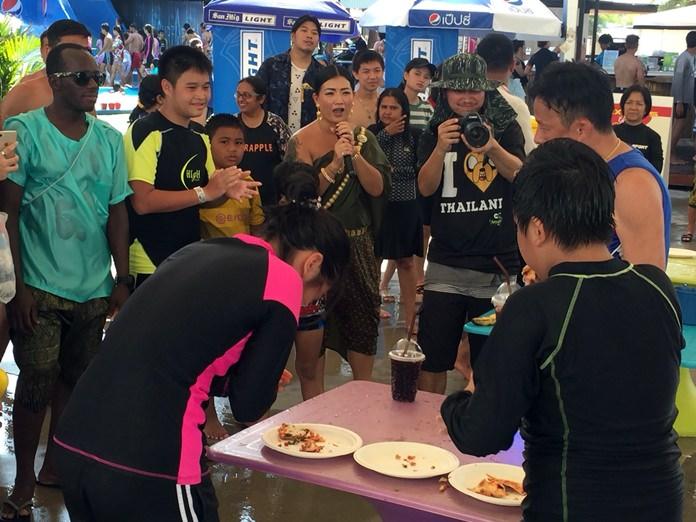 สวนน้ำการ์ตูนเน็ทเวิร์ค อเมโซน จับพนักงานแต่งไทยตามรอยออเจ้า สร้างสีสันรับเทศกาลสงกรานต์ นักท่องเที่ยวไทยเทศ แห่เล่นน้ำคลายร้อน