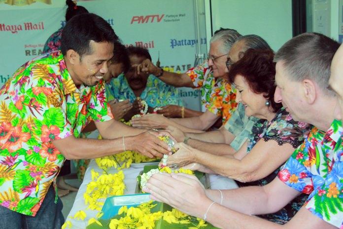 นายเทพพร ดอนวิทัย รดน้ำ เอลฟี่  ไซร์ บก.หนังสือพิมพ์ ภาษาเยอรมัน Pattaya Blatt