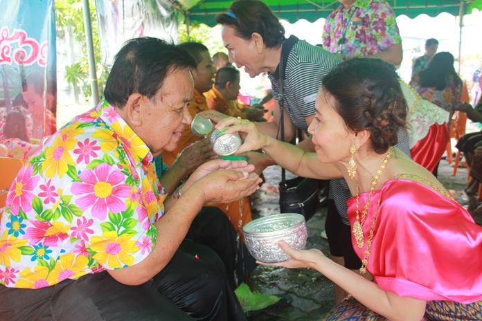 บรรดาประชาชนซอยชุมสาย ทยอยรดน้ำดำหัวผู้สูงอายุในชุมชน