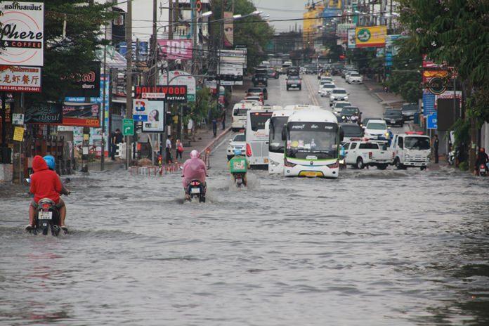 รถสัญจรด้วยความยากลำบาก  จากสภาพน้ำท่วมกว่าครึ่งล้อ  จำเป็นต้องเสี่ยงวิ่งฝ่ากระแสน้ำ