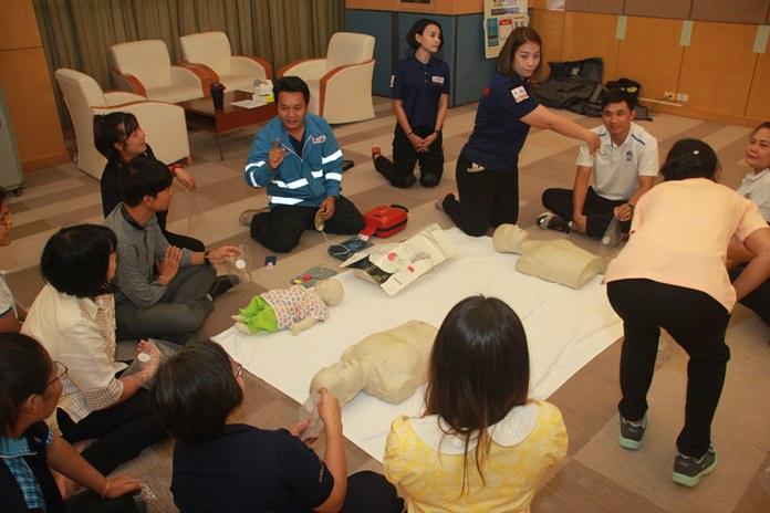 สอนการใช้เครื่อง AED ซึ่งเป็นเครื่องช๊อตกระตุ้นหัวใจขนาดเล็ก ซึ่งมีอยู่ตามโรงแรม หรือห้างสรรพสินค้าขนาดใหญ่ ติดตั้งไว้ตามจุด ใกล้กับถังดับเพลิงเพื่อง่ายต่อการใช้งาน  โดยผู้ใช้งานต้องผ่านการฝึกฝนก่อน