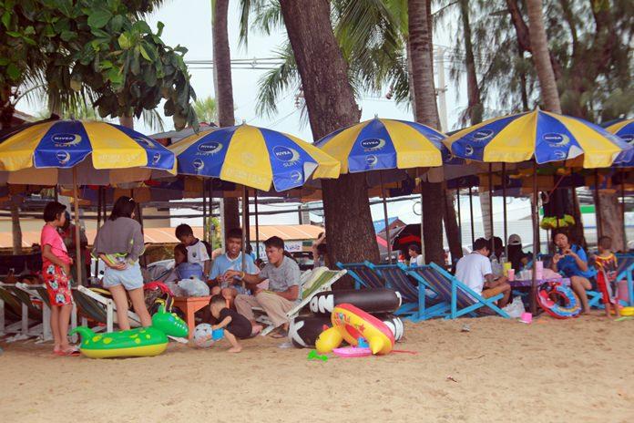 บรรยากาศการท่องเที่ยวชายหาดจอมเทียน ในวันแรงงานแห่งชาติ นักท่องเที่ยวทั่วสารทิศเดินทางพาครอบครัวมาพักผ่อน ส่งผลให้ผู้ประกอบการพ่อค้าแม่ค้ายิ้มได้ เพราะมีรายได้เพิ่มขึ้น