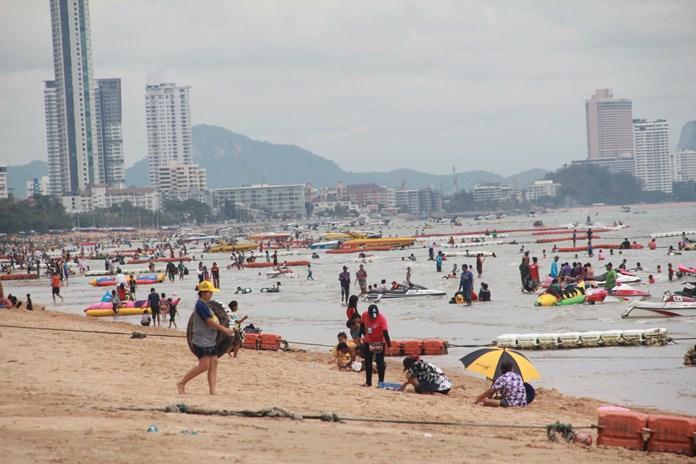 นักท่องเที่ยวทำกิจกรรมครอบครัว รับประทานอาหาร เล่นน้ำทะเล และทำกิจกรรมทางทะเล เล่นเจ็ทสกี บานาน่าโบ๊ต ฯลฯ เพื่อพักผ่อนในวันหยุด