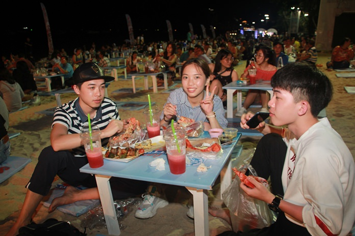 กลุ่มวัยรุ่นเดินทางมารับประทานอาหารทะเลสดๆ พร้อมเผยราคาไม่แพงอย่างที่คิด อีกทั้งยังมีเสียงเพลงขับกล่อมจากนักร้องชื่อดังอีกมากมาย