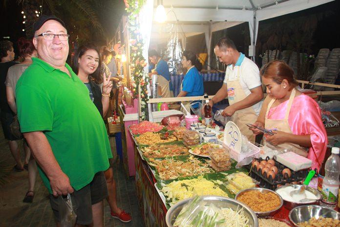 ชาวไทยและชาวต่างชาติชื่นชอบอาหารไทย จะทานผัดไทยกุ้งสดจากทะเล ซึ่งแม่ค้ายังแต่งกายด้วยชุดไทยย้อนยุค อนุรักษ์วัฒนธรรมไทย