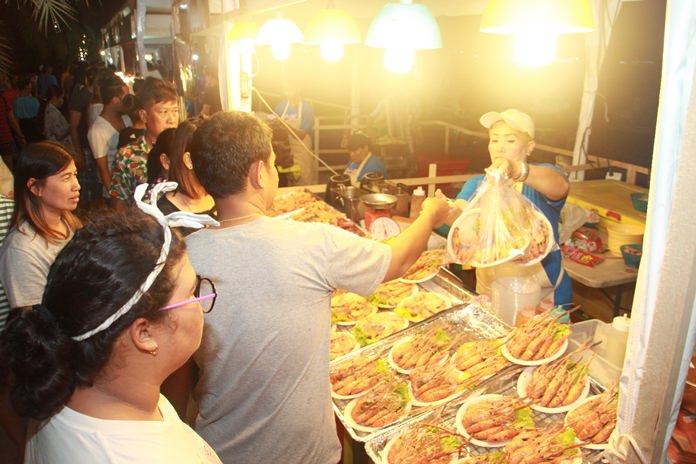 นักท่องเที่ยวต่อแถวซื้อกุ้งย่างราคาถูก เริ่มต้นเพียงจานละ 100 -200 บาท เท่านั้น
