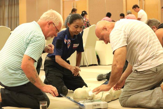 ผู้เข้าร่วมอบรมภาคปฏิบัติ ในการช่วยเหลือฟื้นคืนชีพขั้นพื้นฐาน