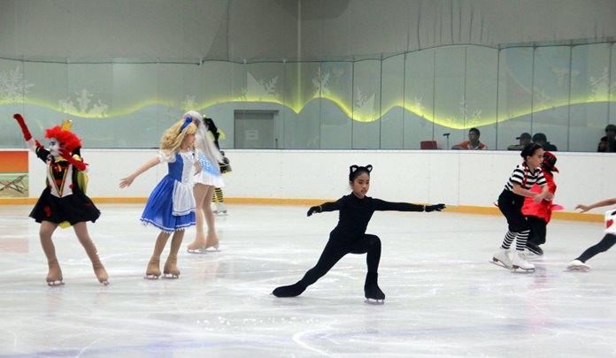 การแสดงโชว์สเก็ตน้ำแข็ง จากนักกีฬานานาชาติ ที่เข้าร่วมกว่า 150 คน