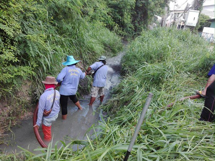 เจ้าหน้าที่สำนักการช่างเมืองพัทยา ลงพื้นที่ลอกท่อและร่องระบายน้ำ  บริเวณสุดซอยสุขุมวิท พัทยา 45  ช่วงเลียบทางรถไฟ ต้นยาง ตามที่ชาวบ้านร้องเรียน