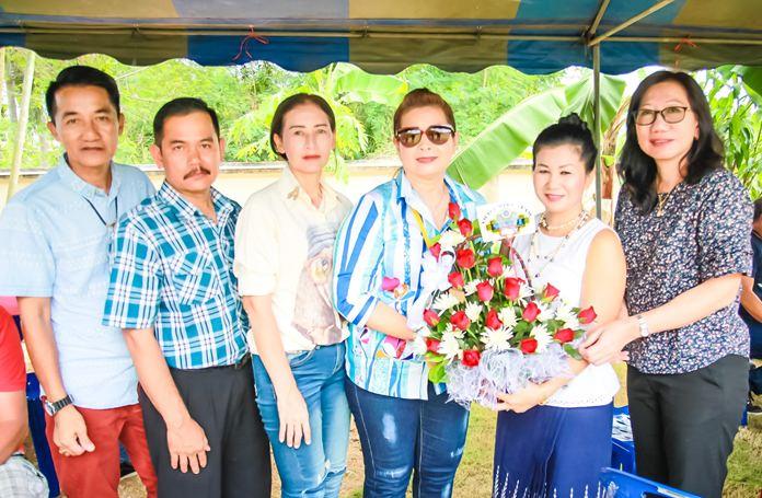 แขกผู้มีเกียรติ ร่วมกันมอบกระเช้าดอกไม้ และของที่ระลึก เพื่อเป็นการร่วมแสดงความยินดีเนื่องในพิธีทำบุญครบรอบประจำปี 2561 ของบ้านเอเมอร์สัน