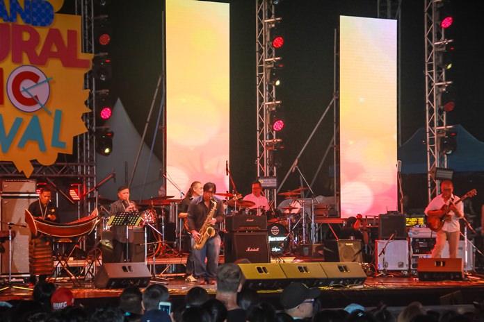 วง Infinity Band ขึ้นแสดงโชว์ดนตรีผสมผสานเครื่องดนตรีไทยและสากล ได้อย่างลงตัว