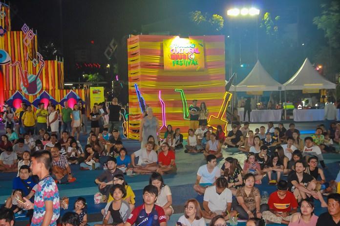 นักท่องเที่ยวชาวไทยและต่างชาติ ให้ความสนใจกับงานดนตรีครั้งนี้เป็นอย่างมาก โดยส่วนใหญ่มากันแบบครอบครัว