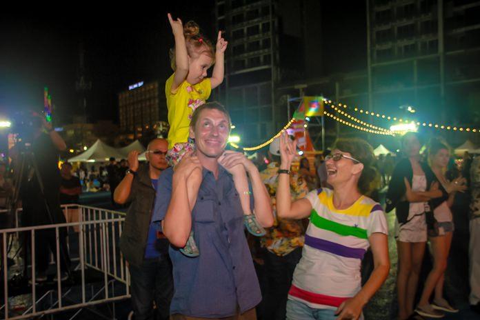 ครอบครัวชาวต่างชาติร่วมงาน Thailand Culture Music Festival ในคืนสุดท้าย