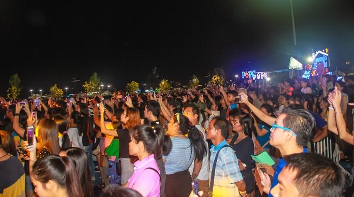 เหล่าแฟนคลับของศิลปินในดวงใจที่มาร่วมงาน Thailand Culture Music Festival คืนสุดท้ายนับพันคน
