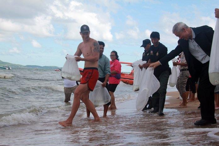 นายอภิชาติ วีรปาล รองนายกเมืองพัทยา เป็นประธานปล่อยพันธุ์ปลากะพงขาว 18,000 ตัวโดยดึงนักท่องเที่ยวชาวต่างชาติที่ มาท่องเที่ยวชายหาดจอมเทียน เข้าร่วมกิจกรรม