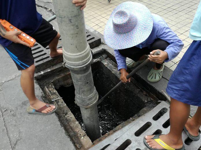 เจ้าหน้าที่สำนักการช่างเมืองพัทยา นำกำลังจำนวนหนึ่ง ลงพื้นที่ลอกท่อระบายน้ำ บริเวณหน้าตลาดแม่วิไล พัทยากลาง เพื่อให้น้ำระบายได้ดียิ่งขึ้น และเป็นการลดปัญหาการจราจรติดขัด