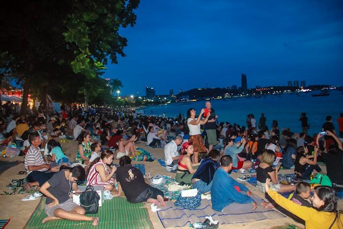 นักท่องเที่ยวชาวไทย และต่างชาติ หลั่งไหลมาชมพลุกันจำนวนมาก ด้วยความตื่นตา