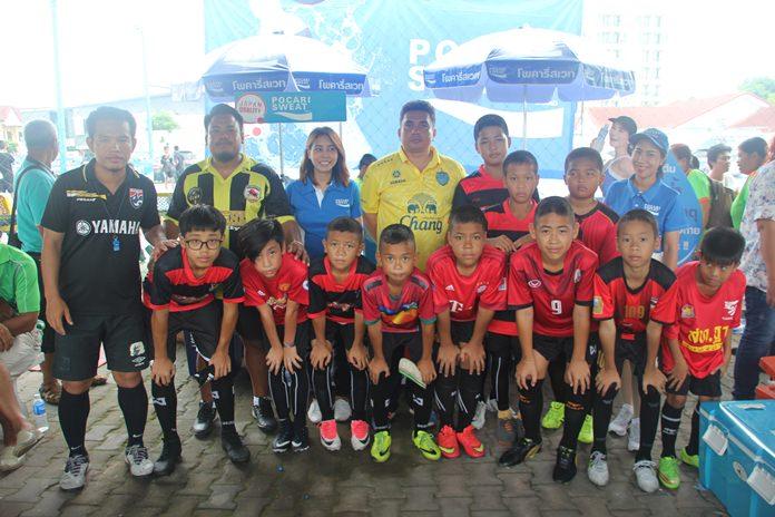 นายอดิศักดิ์ เชื้อผู้ดี อดีตเยาวชนทีมชาติไทย รุ่นอายุไม่เกิน 19 ปี ผู้อำนวยการจัดการแข่งขัน ฟุตบอลเยาวชนพาลาเดียมคัพ ชิงถ้วยจากประธานเทคนิคทีมชาติไทย กล่าวรายงานการจัดการแข่งขัน เพื่อส่งเสริมกีฬาฟุตบอลแก่เยาวชนท้องถิ่น ซึ่งได้รับการสนับสนุนจากเครื่องดื่ม POCARI SWEAT