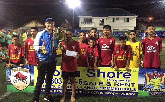 ทีมพาลาเดียม คว้าแชมป์ในรุ่นอายุ13 ปี หลังเอาชนะราชนาวี 3-1 ประตู รับเงินรางวัล 5,000 พร้อมถ้วยรางวัล จากนายไพรัช ชุมพล ประธานฝ่ายเทคนิคทีมชาติไทย