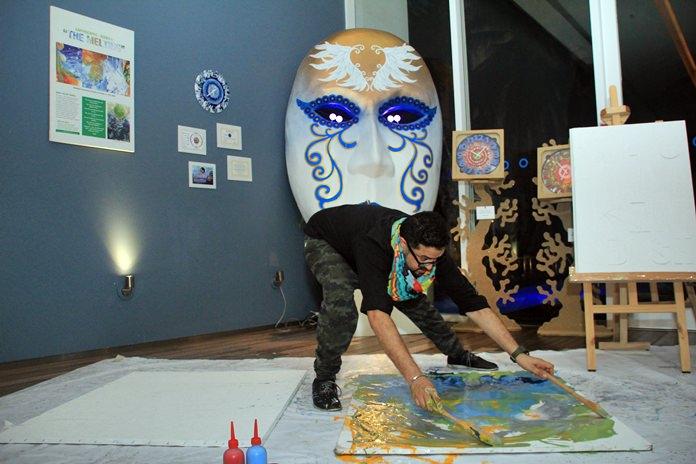 Mr.Dashmeet Singh CEO ผู้ก่อตั้ง The Art Floor ศิลปินชาวอินเดีย โชร์ศิลปะการสาดสีแบบสดๆ
