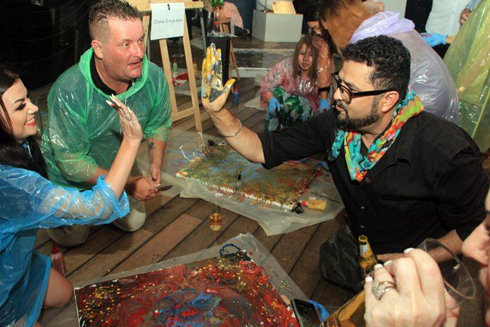 เปิดโอกาสให้แขกวีไอพีของทางโรงแรมกว่า 15 คน ร่วมแสดงผลงานศิลปะการสาดสีของตนเอง กว่า 10 ภาพ ตามแนวคิด สร้างสรรค์ผลงานแบบฟรีสไตล์ และเปิดให้ผู้ที่มาร่วมงานทำการประมูล