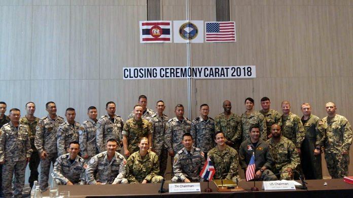 """พลเรือตรี ธวัชชัย ม่วงคำ ผู้บัญชาการกองเรือฟริเกต ที่ 2 กองเรือยุทธการ เป็นหัวหน้าคณะฝ่ายไทย และ นาวาเอก ALEXIS T.WALKER ผู้บัญชาการกองเรือพิฆาตที่ 7 เป็นหัวหน้าคณะฝ่ายสหรัฐฯ และส่วนเกี่ยวข้องร่วม พิธีปิดการฝึกผสม """"CARAT 2018   ที่ โรงแรมเซ็นทารา มาริส รีสอร์ท จอมเทียน พัทยา"""
