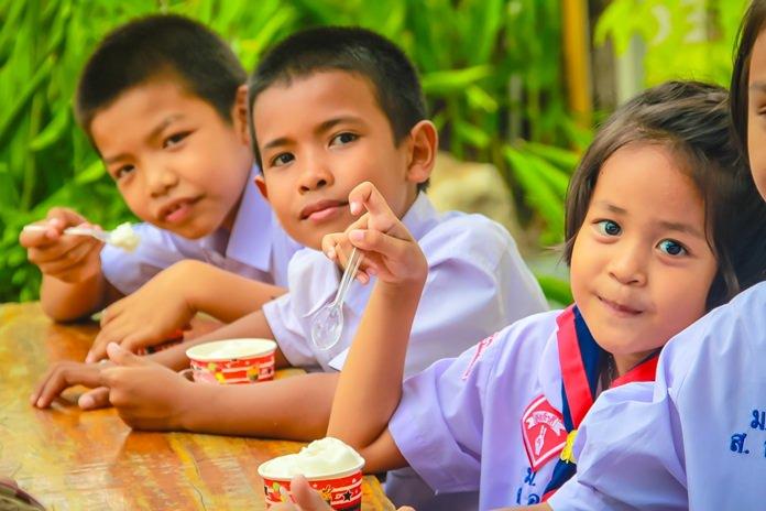 เด็กๆรับประทานไอศกรีม กันอย่างเพลิดเพลิน