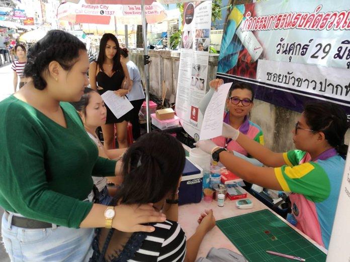 สำนักการสาธารณสุขเมืองพัทยา ออกหน่วยให้บริการ กิจกรรมการรณรงค์ตรวจเลือดโดยความสมัครใจเพื่อให้ประชาชนได้ตระหนักถึงพิษภัย ของโรคติดต่อทางเพศสัมพันธ์ และ HIV