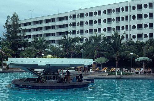 โรงแรมเอเชียพัทยา มีคอทเทลเลาจ์กลางสระว่ายน้ำ เมื่อปี พ.ศ.2522