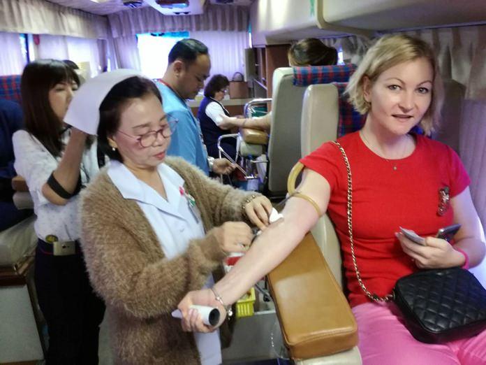 ชาวไทยและต่างชาติที่ทราบข่าว เข้าร่วมบริจาคโลหิต เพื่อช่วยเหลือเพื่อนมนุษย์ที่เกิดเหตุกรณีฉุกเฉิน