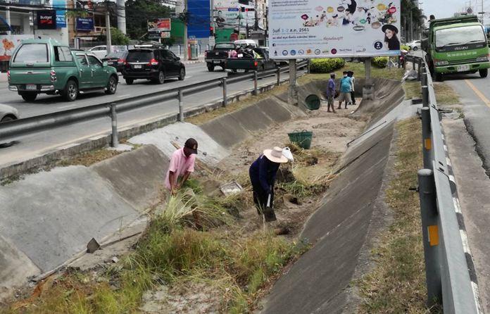 สำนักการช่างสุขาภิบาล เมืองพัทยา  ทำการขุดลอกท่อ บริเวณร่องกลางถนนสุขุมวิท พัทยาเหนือ เพื่อป้องกันน้ำท่วมขัง ให้ถนนทุกสายสามารถระบายน้ำได้รวดเร็ว และดียิ่งขึ้น
