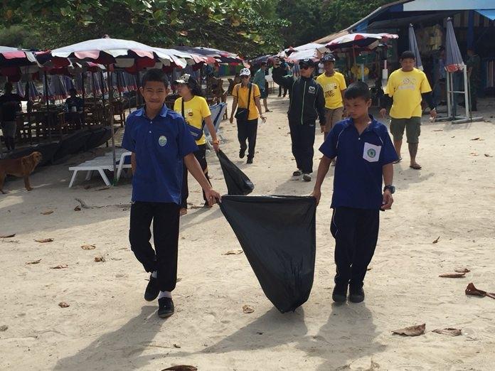 ตร.พัทยา จูงมือเด็กนักเรียน ชาวบ้าน และผู้ประกอบการเกาะล้าน เดินเก็บขยะขายหาดนวลเกาะล้าน ตามโครงการ Police C.A.R.E. On The Beach