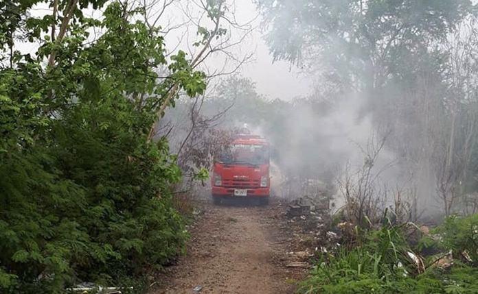 เกิดเพลิงไหม้กองขยะที่ถูกลักลอบทิ้ง หลังห้างพัทยาเหนือ