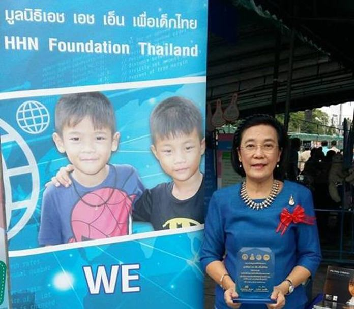จังหวัดชลบุรีมอบรางวัลให้แก่ นางรัชฎา ชมจินดา ผอ.มูลนิธิ HHN เพื่อเด็กไทย ในด้านองค์กรที่ทำคุณประโยชน์ต่อเด็กและเยาวชน